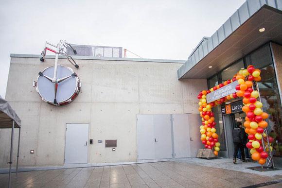 屋外から見る駅の外部には、バッタが壁にへばりついているかのような不思議な飾りも Photo: Asaki Abumi