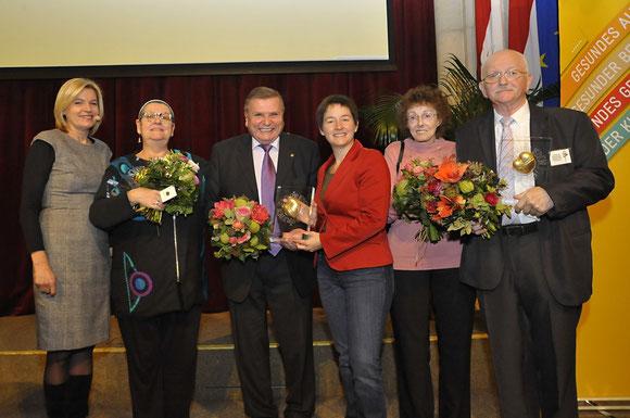 Gesundheits- und Sozialstadträtin Sonja Wehsely mit den PreisträgerInnen des Preises der Menschlichkeit