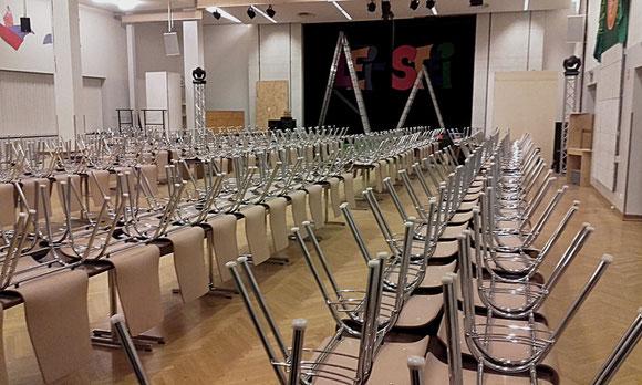 fein säuberlich in Reih und Glied sind Tische und Stühle aufgestellt