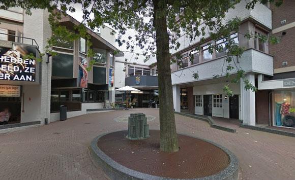 Ingang Cwartier - Tegenover een zij ingang van het overdekte winkelcentrum De Munt passage.