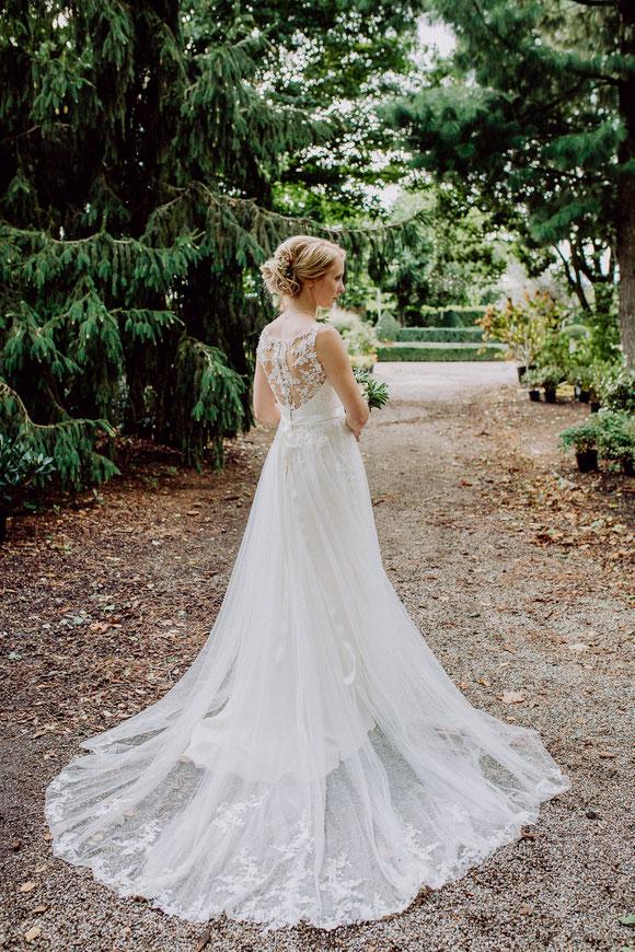 Braut steht im Garten bei Hochzeit in Baumschule Huben in Ladenburg