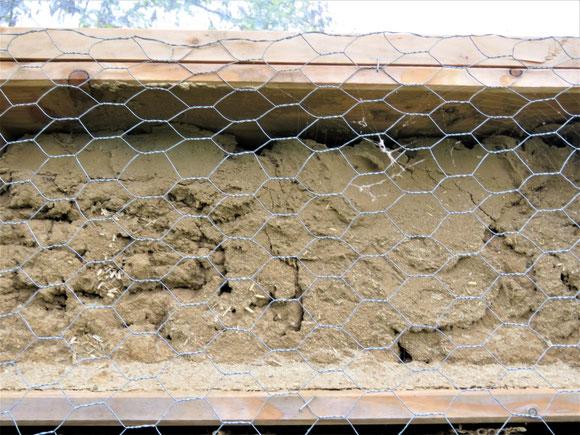 Lehmwand für Wildbienen mit Strohbeimengungen