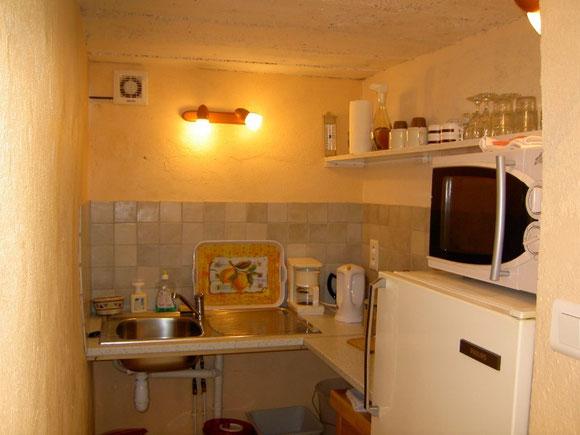 Nous mettons à votre disposition un petit coin cuisine commun pour les 3 chambres, accessible à partir du mois d'avril. Plaque chauffante, micro-onde, réfrigérateur... meublent ce lieu exigu qui peut s'avérer utile accessoirement...