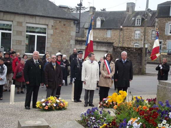 Dépôt de gerbes avec Mme Nathalie Panassié, maire de la commune, et M.Yannick Duval, 1er adjoint