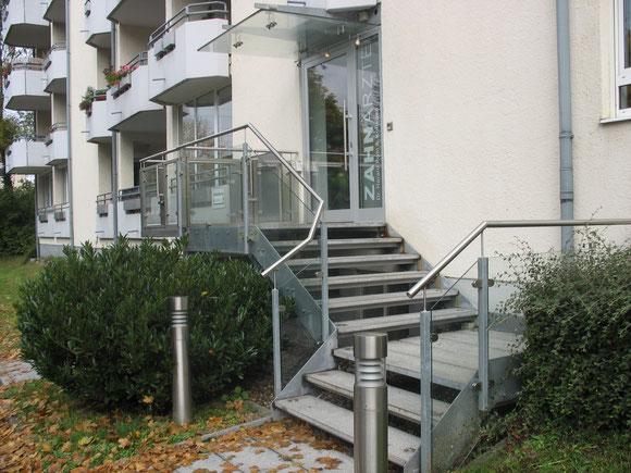 Eingang der Zahnarztpraxis Dr. Harald Pohl in München - Stadtteil Moosach
