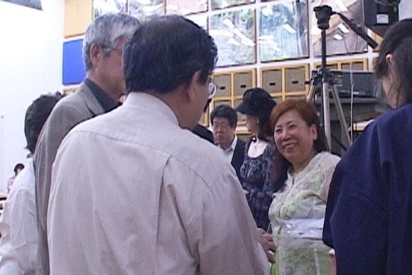 講演後、由井代表の周りに人垣