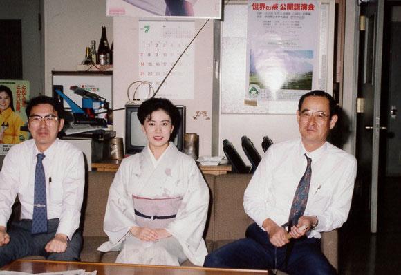 みずほ音頭を歌った藤田さなえさんが後ろ左のポスターに。表敬訪問の際、照れる木田課長(当時)。どこか千葉大の元学長に似ている感じ。