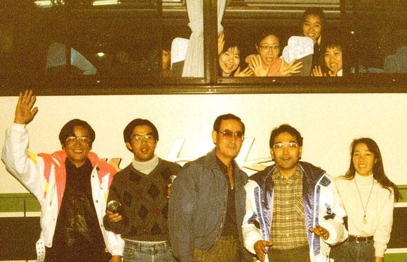 農水省正面玄関からバスで新潟・魚沼のスキー場に木田農産課長(当時)。右から2人目が川合花き・施設園芸推進室長(現在)。左端が筆者