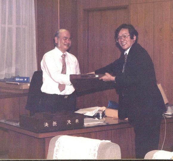 鶴岡事務次官から大臣のお土産を頂く本紙主幹