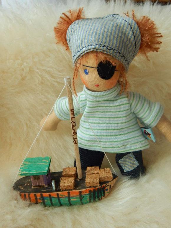 Minipüppchen, Minipuppe, Piratin, Pirat, Piratenpuppe, Glücksbringer, Talisman, Stoffpuppe, Waldorfpuppe, Stoffpuppe, handgemacht, Handarbeit, handgefertigt, cloth doll, mini doll, organic cloth doll, Bio Stoffpuppe, Puppenhandwerk, Pärsch