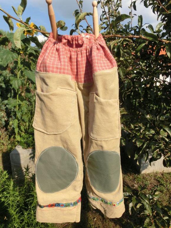Selbstgenähte Hose mit Lederflicken auf den Knien für meinen Kleinen