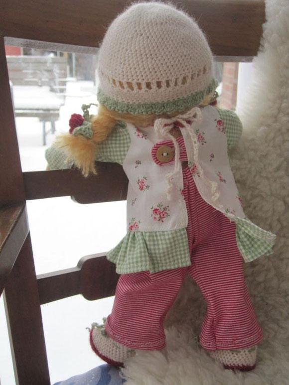 Das Tunika-Kleid wird hinten mit einem Bindeband (zum Schleife üben) und einem hübschen Holzknopf geschlossen