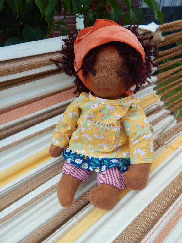 Dunkelhäutige Stoffpuppe, schwarze Stoffpuppe, dunkelhäutige Puppe, afrikanische Stoffpuppe, afrikanische Puppe, Waldorfpuppe, Rudolf Steiner Puppe, cloth doll, dark-skinned cloth doll, companion doll, Puppenhandwerk, handgemachte dunkelhäutige Puppe