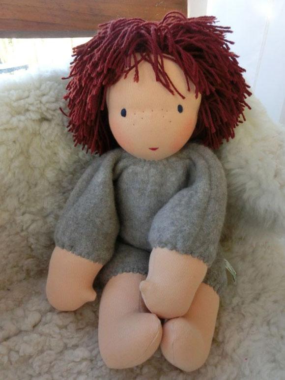 Hier seht ihr den wunderbar weichen und gleichzeitig robusten (bei richtiger Pflege) graubraunen Wollfleeceanzug von Jakobs Puppenjungen, den von nun an alle meine Kleinkindschlamperle tragen