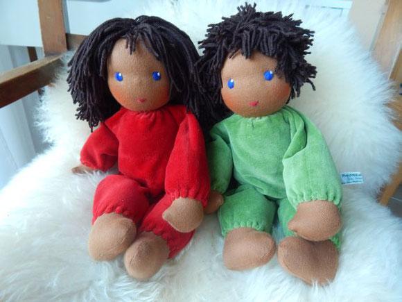 dunkelhäutige Stoffpuppe, farbige Stoffpuppe, farbige Puppe, schwarze Puppe, dunkelhäutige Puppe, dunkelhäutig, farbig, Waldorfpuppe, handgemacht, Handarbeit, Bio-Stoffpuppe, handmade cloth doll, dark-skinned clothdoll, waldorf doll, steiner doll