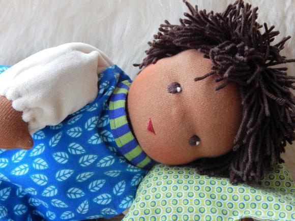 Bio-Stoffpuppe, Waldorfpuppe, Schlamperle, ökologische Puppe, Wunschpuppe, Puppe passend zum Kind, individuelle Puppe, Puppe die aussieht wie das Kind, Puppenhandwerk Pärsch, handgemacht, afrikanische Puppe, dunkelhäutige Puppe, dark-skinned cloth doll