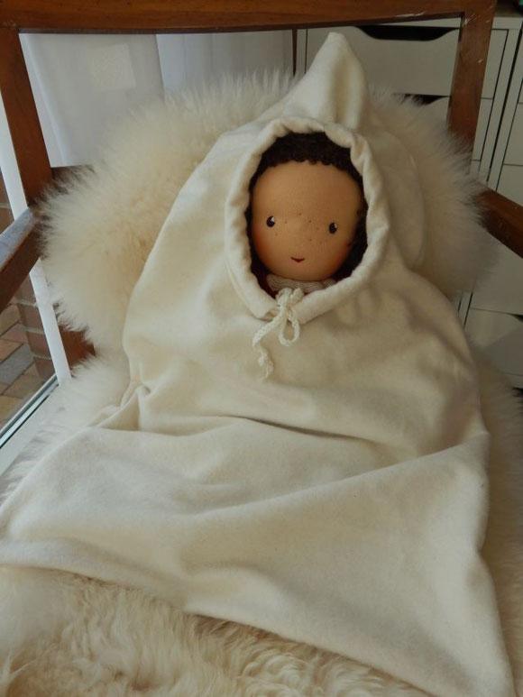 So liebevoll verpackt ist Julia auf die Reise gegangen.Später wird ihr die kuschelige Reisehülle als warmer Schlafsack dienen.