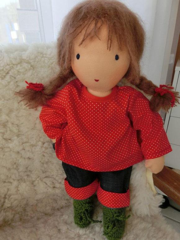 Das Puppenmädchen trägt eine Krempeljeans mit T-Shirt und glückskleegrüne Häkelstiefelchen (und bringt noch ein Kopftuch, Unterhose und Nickijacke mit (s.u.))