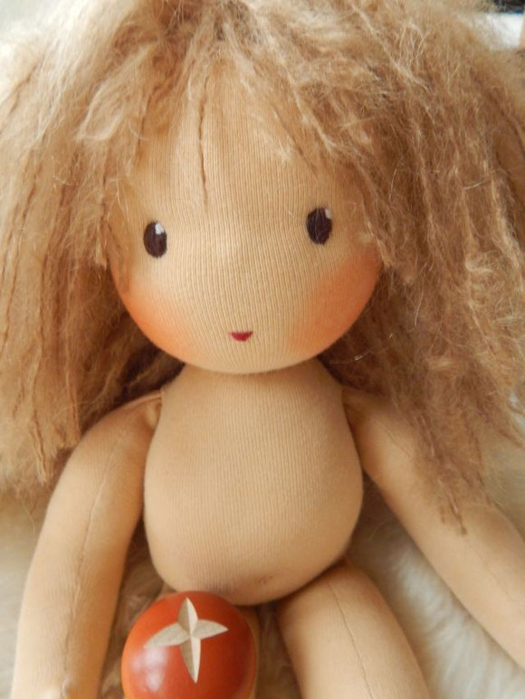 Stoffpuppe, handgemacht, Bio, Waldorfpuppe, Stoffpuppe nach Waldorfart, steiner doll, cloth doll, handmade, Puppenhandwerk, Puppenhandwerk Pärsch, Pärsch, dunkelblonde Stoffpuppe