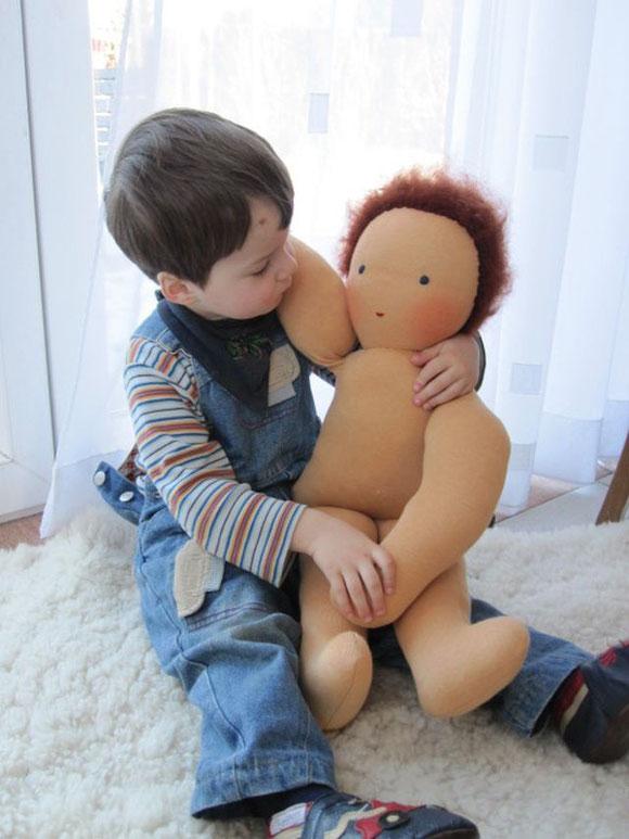 Hier ist Joschi auf dem Schoß von meinem Kleinen, der gute 2,5 Jahre alt und ca. 100cm groß ist