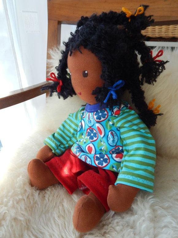 Dunkelhäutige Puppe, dunkelhäutige Stoffpuppe, schwarze Puppe, Waldorfpuppe, handgenähte Stoffpuppe, handgemachte Puppe, Handarbeit, handgemacht, Stoffpuppe, Waldorfpuppe, Puppenhandwerk, Pärsch, individuelle Puppe, ähnlich dem Kind