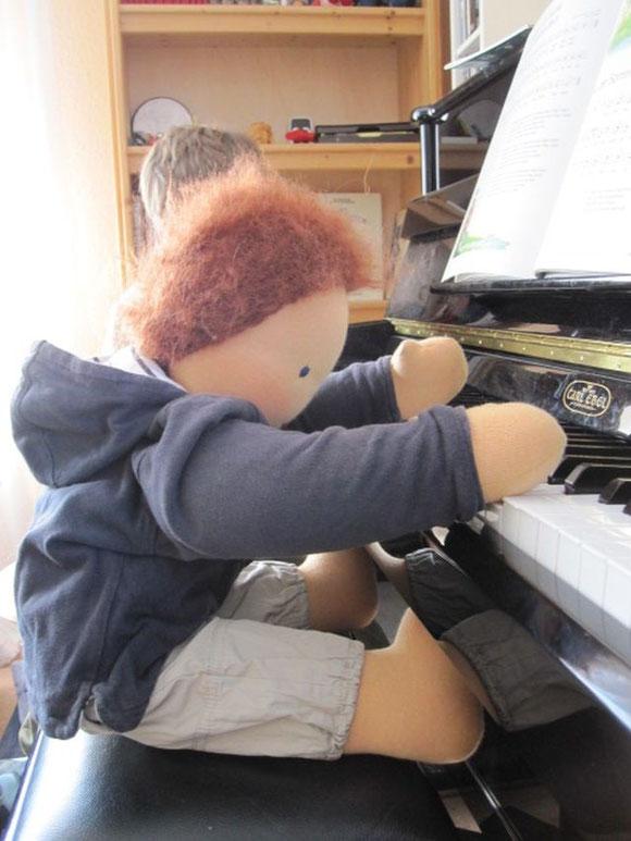 Joschi übt gerne Klavier