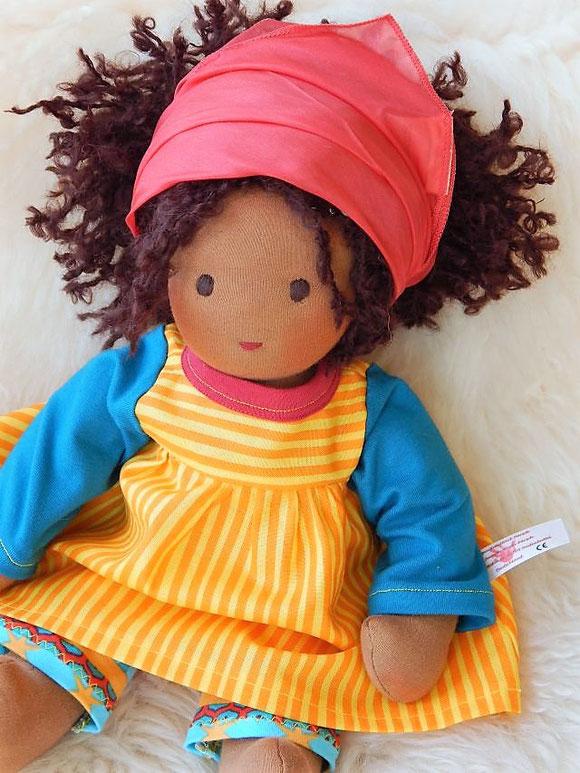 Bio-Stoffpuppe, dunkelhäutige Stoffpuppe, Wunschpuppe, afrikanische Stoffpuppe, handgefertigte Puppe, handgemachte Puppe, individuelle Puppe passend zum Kind, Wunschpuppe, Puppe nach Wunsch, Puppenmacherin, Jennifer Kliem-Pärsch, Puppenhandwerk