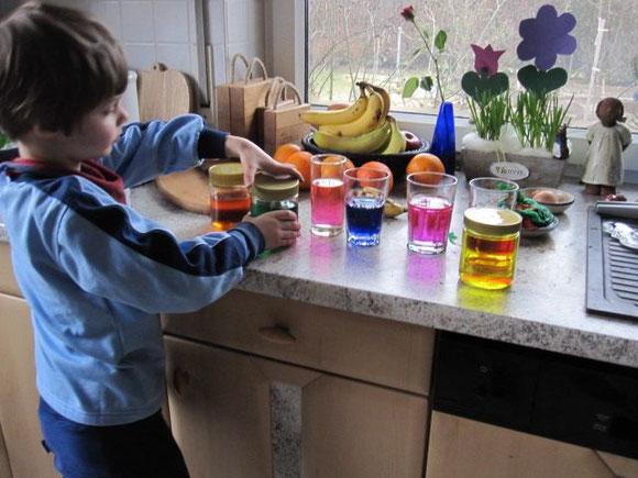Buntes Wasser lässt sich wunderbar färben mit etwas Krepp- oder Seidenpapier, das ja meist feucht färbend ist...