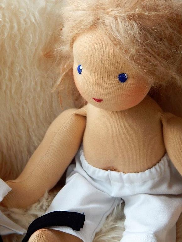 Taekwon-Do Puppe, Wunschpuppe, handgefertigte Stoffpuppe, handgemachte Stoffpuppe, individuelle Puppe passend zum Kind, ökologische Kinderpuppe, Puppe nach Wunsch, Stoffpuppe nach Waldorfart, Bio-Stoffpuppe, Puppenhandwerk, Jennifer Kliem-Pärsch