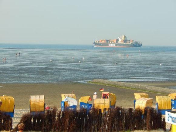 Riesencontainerschiff hinterm Watt in der Fahrrinne