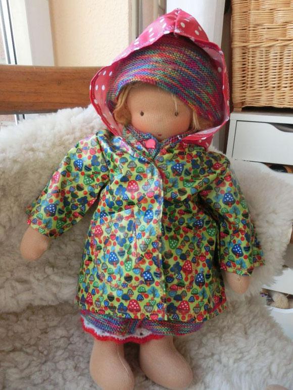 ... und hier ist sie heute, im neuen Regenmantel!