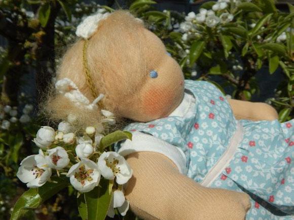 Waldorfpuppe, Stoffpuppe, Bio, April, Birnbaumblüte, Monatspuppe