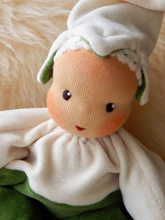 Waldorfpuppe, handgemachte Stoffpuppe, Bio-Stoffpuppe, ökologische Kinderpuppe, Bio-Schlamperle, Waldorf-Schlamperle, Schneeglöckchen-Puppe, Blumenkind, erste Puppe, Puppenhandwerk, Kuschelpuppe, Puppe mit Schafwolle, steiner doll, snowdrop doll