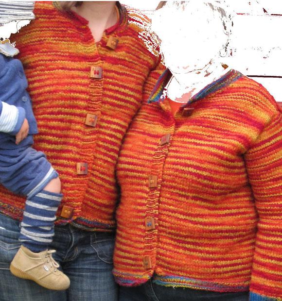 Mal in eckig, ich glaube es war Pflaumenholz, an zwei Strickjacken in Herbstfarben von mir und meiner Mama