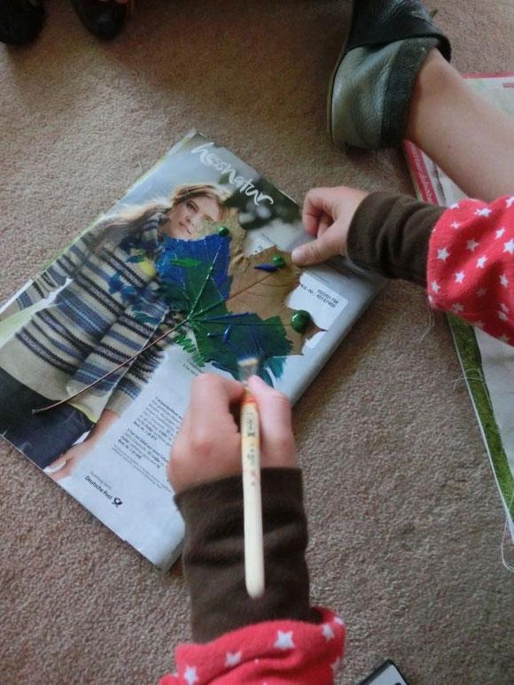 Kreativ: Mit gepressten Blättern und Textilmalfarbe...