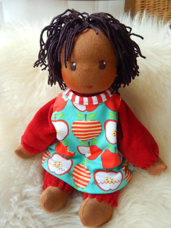 ökologische Kinderpuppe, handgefertigte Stoffpuppe, handgemacht, Bio, Stoffpuppe, Waldorfart, dunkelhäutig, afrikanisch, Puppe, Puppenhandwerk, Pärsch, darkskinned doll, clothdoll, companion doll, cuddle doll, Schlamperle