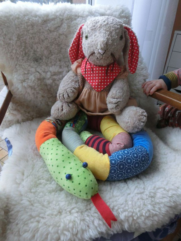 Kuschelhase, genähter Hase, genähter Kuschelhase, Hase als Spieluhr, Spieluhrhase, cuddle rabbit, handmade cuddle rabbit with music box, origineller Hase, patchwork snake, Patchwork Schlange, handgemachte Kuschelschlange