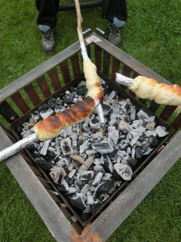 Stockbrot-Backen auf von meinem Mann selbstgebautem Grill/Feuerkorb