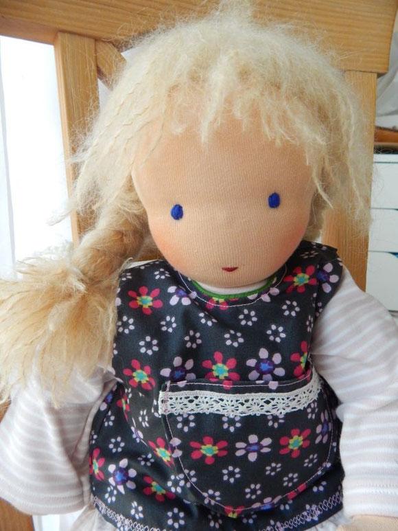 Hier trägt Rosalindes Puppe ein Schürzenkleid mit einem Jersey-Ringelshirt und -Ringelleggings, die ohne das Kleid auch gut als Pyjama genutzt werden können