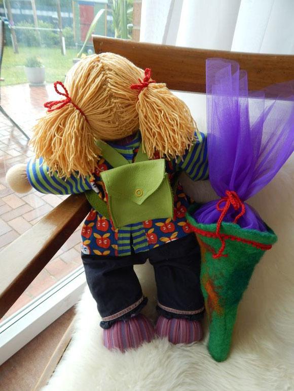 Puppenschulranzen, Puppenranzen, Schulranzen, Lederranzen, selbstgemacht, handgemacht, Handarbeit, gefilzte Schultüte, Puppenschultüte, Einschulung Puppe, Waldorfpuppe, Stoffpuppe nach Waldorfart, cloth doll, Steiner doll