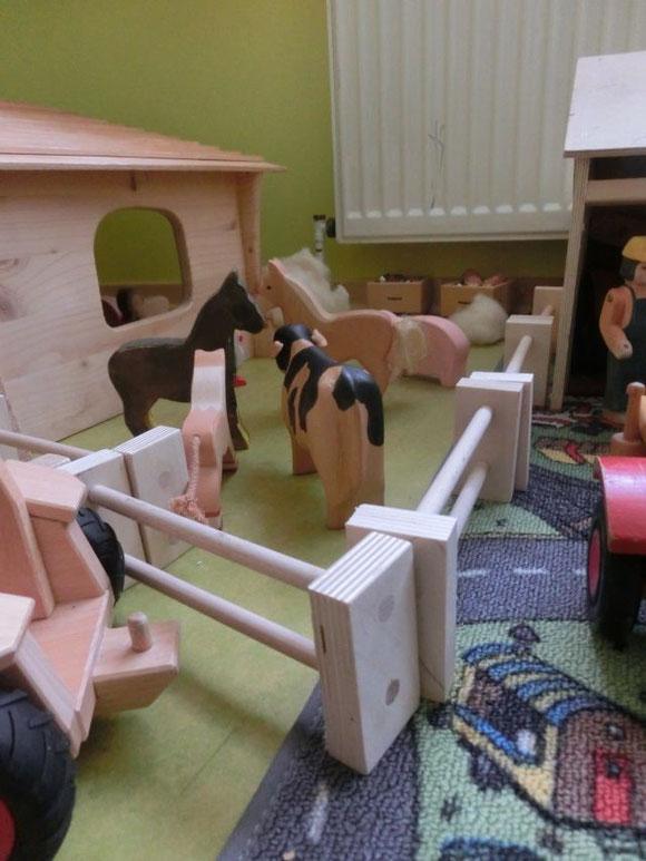 Holzzaun für Bauernhoftiere, handgemachter Zaun für Holztiere, wooden handmade fence for wooden farm animals