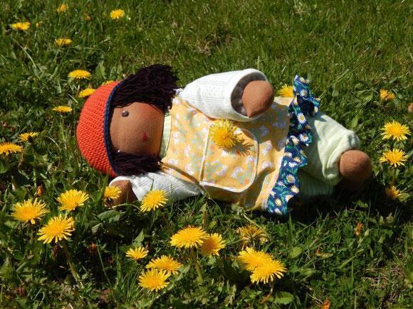 dunkelhäutige Stoffpuppe, afrikanische Stoffpuppe, afro-amerikanische Stoffpuppe, Bio-Stoffpuppe, individuelle Puppe passend zum Kind, Handarbeit, handgemacht, erste Puppe, PuppenHandWerk, Jennifer Kliem-Pärsch, Wunschpuppe, handgefertigt, Kleinkind-Puppe
