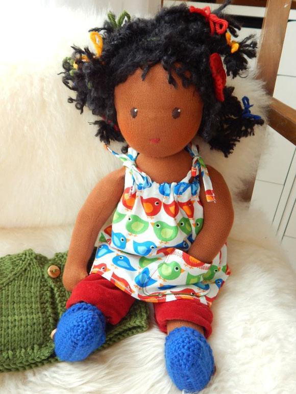 dunkelhäutige Puppe, Stoffpuppe, Waldorfpuppe, Waldorfart, handgemacht, Handarbeit, Bio