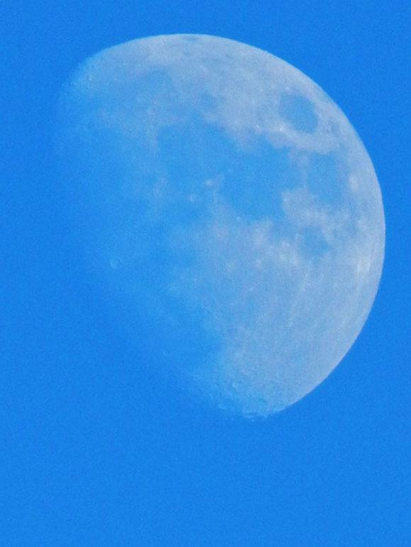 Nachmittagsmond, Mond am Nachmittagshimmel, zunehmender Mond