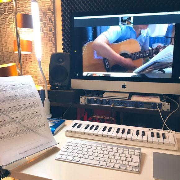 自宅でオンラインギターレッスンの風景