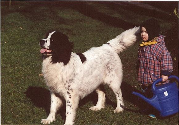 Angie (Angara vom Mahlpfuhl) und Marten bei der Gartenarbeit Anfang 2001