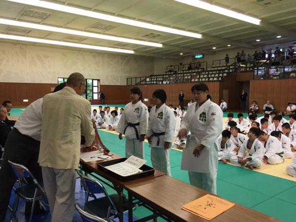 こちらも県大会(団体戦)小学女子を初制覇の塾生たち