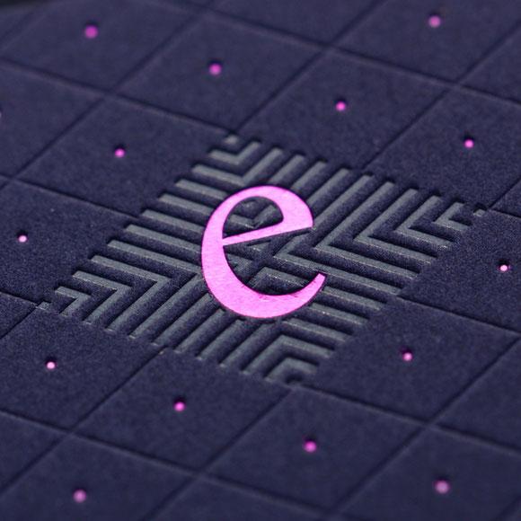 Heißfolienprägung transparent mit einer Heißfolienprägung pink und einer Blindprägung.