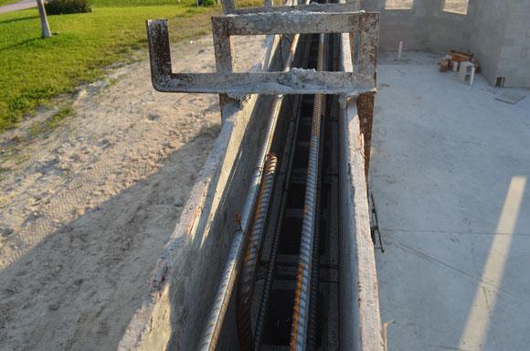 Verknüppelte Stahlbewehrung - Verbindung zum Footer