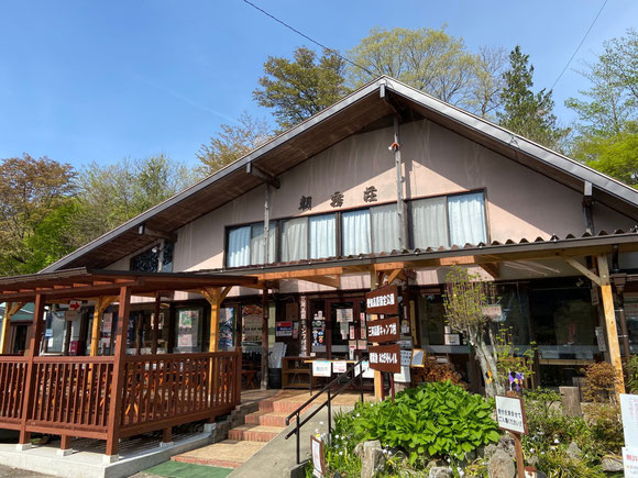 朝霧荘:受付はこの朝霧荘でお願いします、定食やおでん、アイスクリーム等も食べられます、五平餅は超特大サイズ!